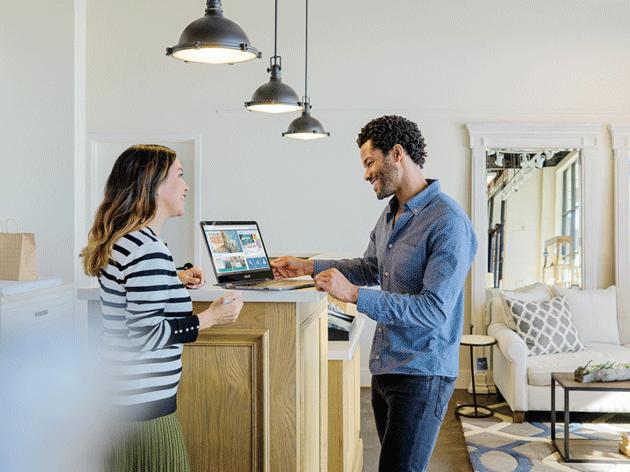 Una mujer y un hombre hablan desde un portátil