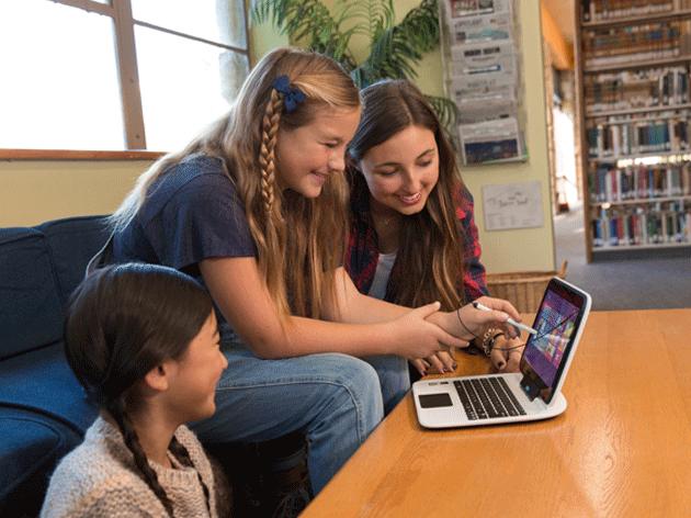 Eine Gruppe von Mädchen betrachtet ein Gerät