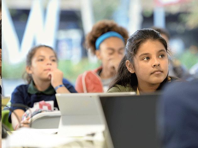 一个坐满学生和装有各种设备的教室