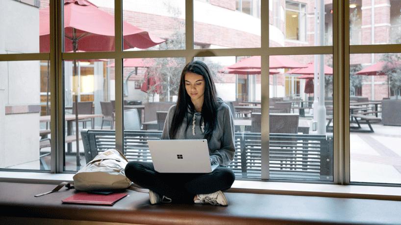 Фотография женщины, которая учится с использованием ноутбука
